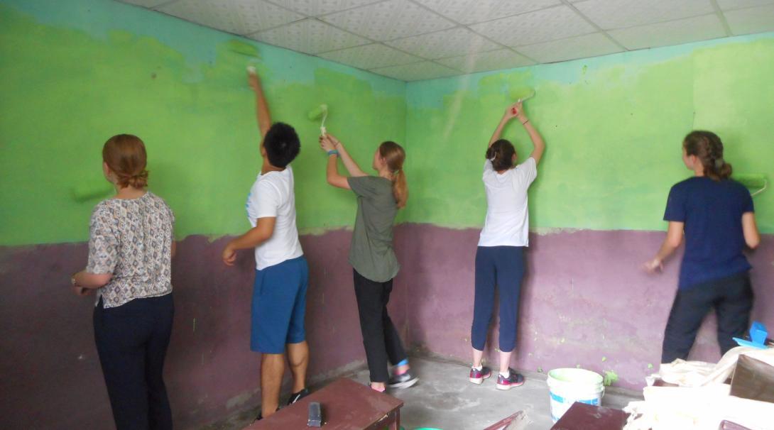 Projects Abroad ungdomsvolontärer målar klassrum i Nepal